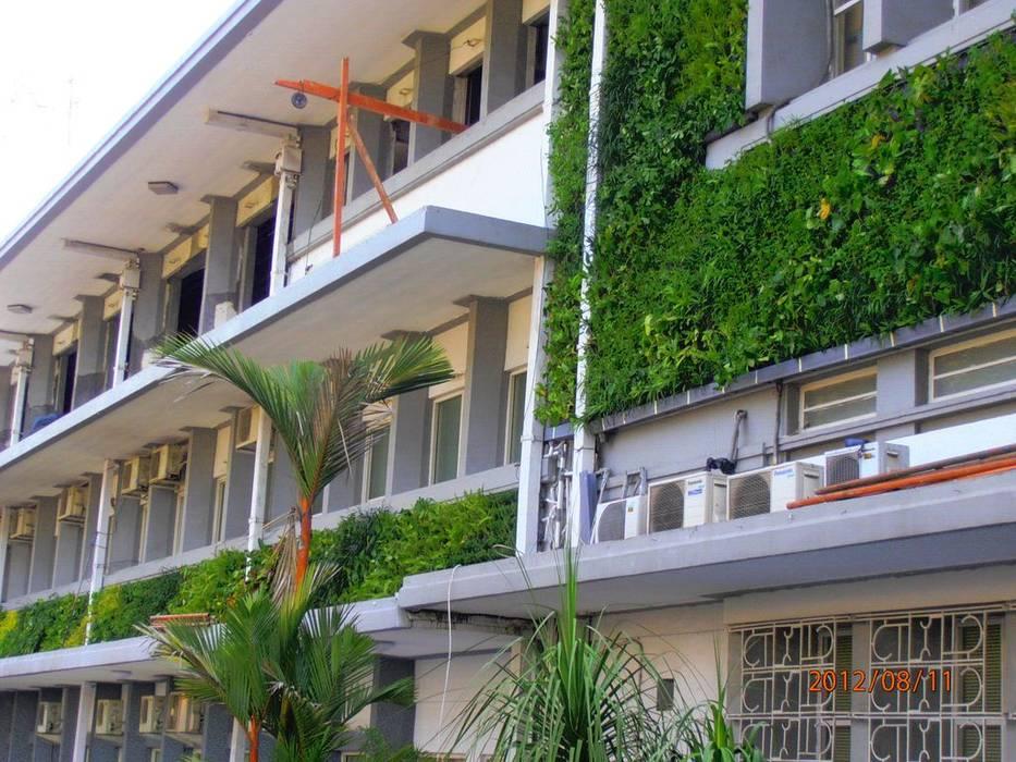 Taman Vertikal Pada Gedung Bertingkat Kantor & Toko Modern Oleh Tukang Taman Surabaya - flamboyanasri Modern