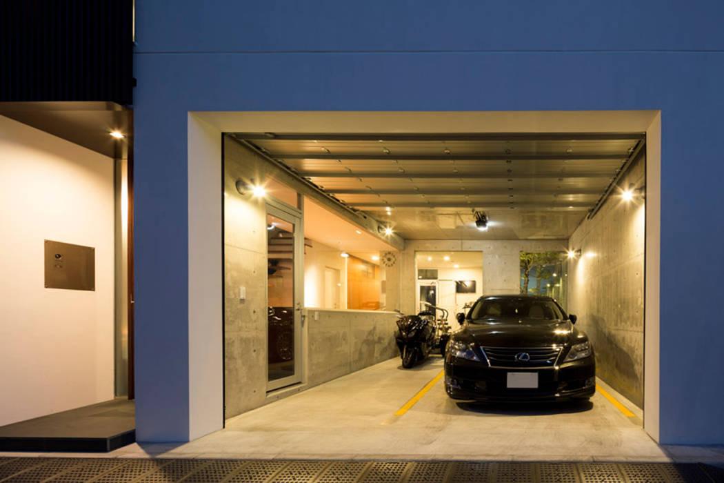 TWIN COURT HOUSE モダンデザインの ガレージ・物置 の 株式会社横山浩介建築設計事務所 モダン