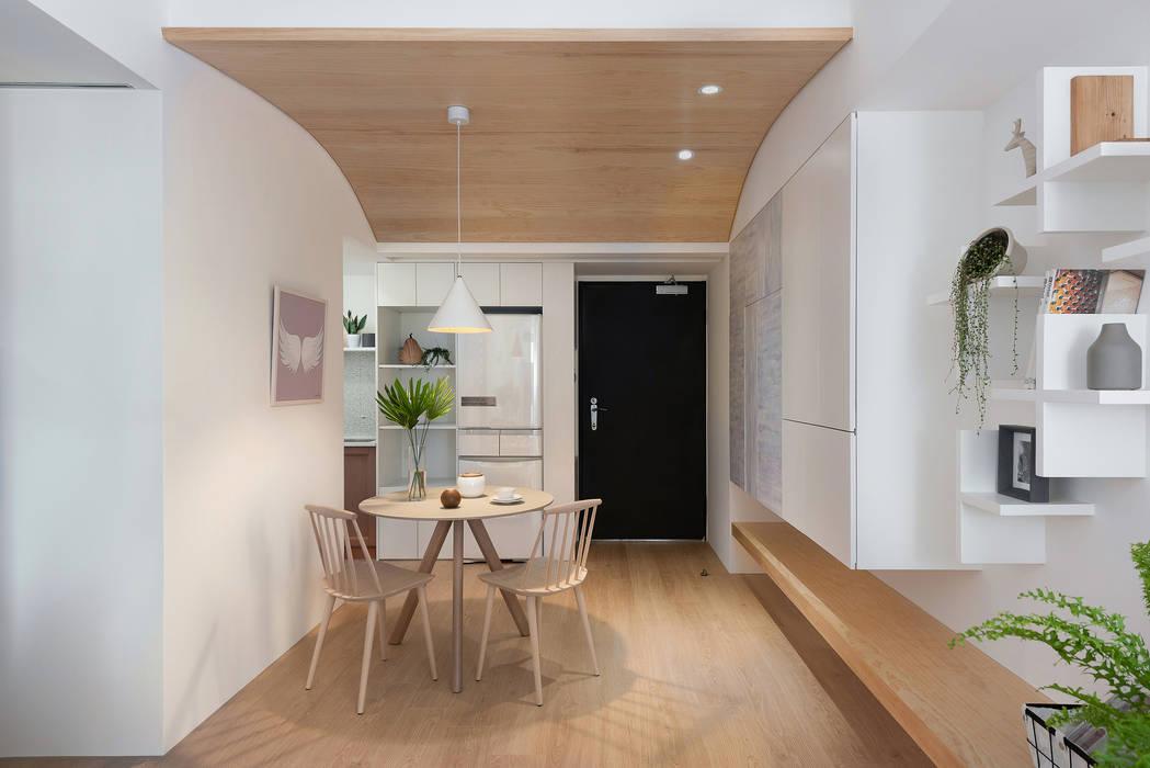Sala da pranzo in stile scandinavo di 寓子設計 Scandinavo