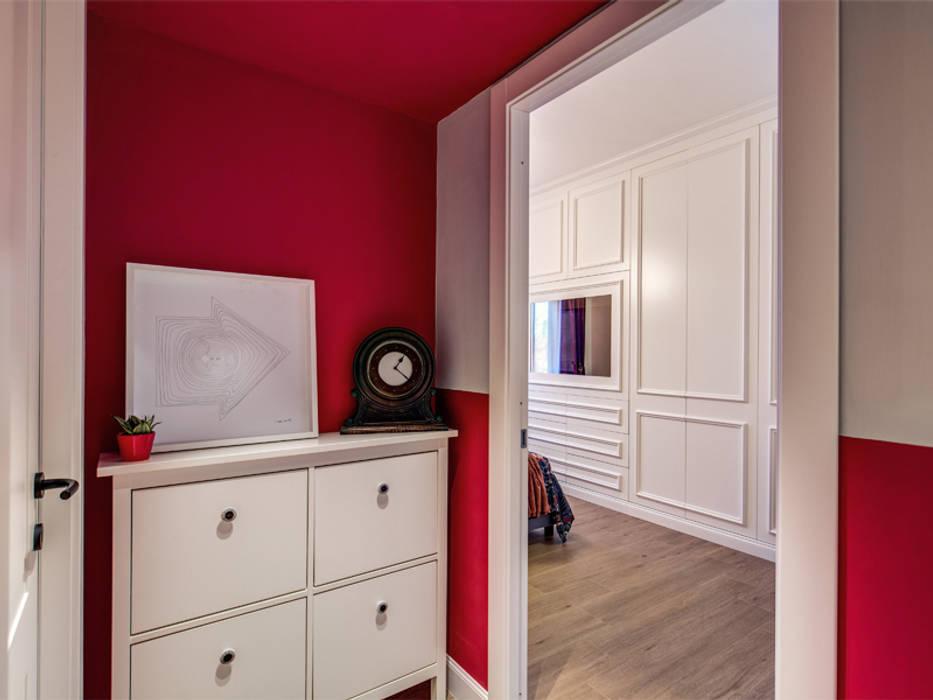 MONTEFALCO: Ingresso & Corridoio in stile  di MOB ARCHITECTS