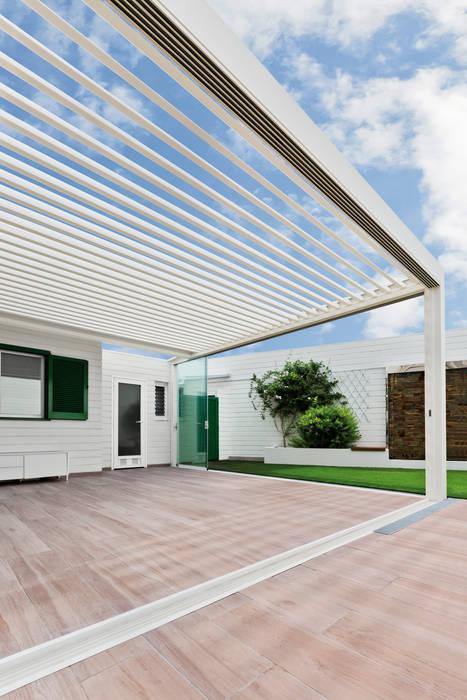 PÉRGOLA BIOCLIMÁTICA PROTEGIENDO LA TERRAZA DE UNA VIVIENDA UNIFAMILIAR Balcones y terrazas de estilo moderno de Saxun Moderno
