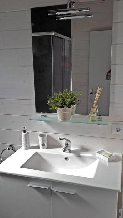 baño pequeño con ducha. : Baños de estilo  de Casetas de Madera