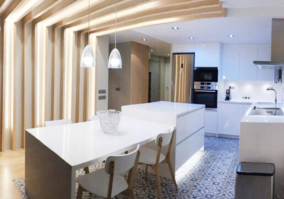Sistema de iluminación en una casa de Barcelona: Comedores de estilo  de Luxiform Iluminación,