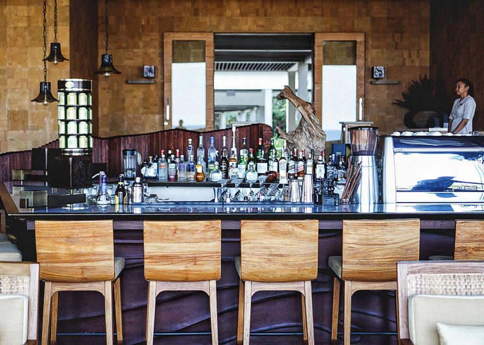 Bar Area Sweden studio Ruang Penyimpanan Wine/Anggur Tropis Kayu Amber/Gold