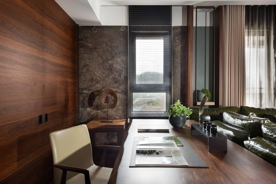 搭配窗外的自然採光,客廳一隅當作辦公空間 by 宸域空間設計有限公司 Asian
