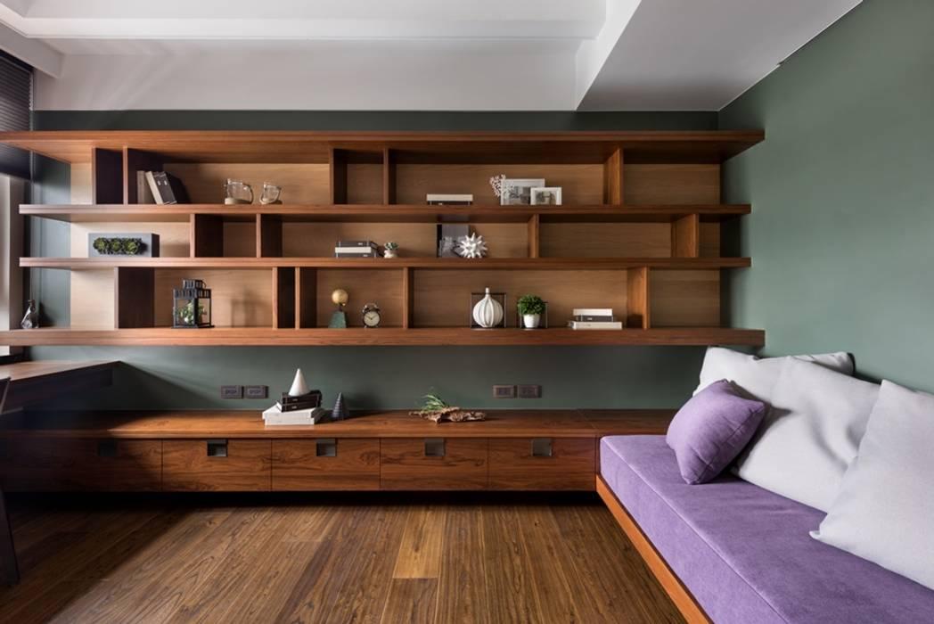 客房的牆面展示架能擺放許多收藏品:  牆面 by 宸域空間設計有限公司