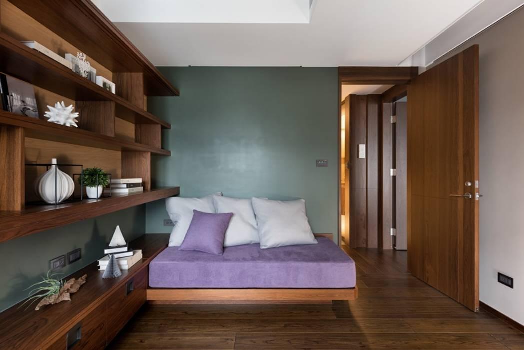 客房的牆面則以溫潤的碧綠色為主 by 宸域空間設計有限公司 Asian
