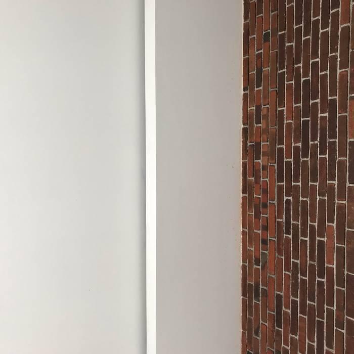 Detail Junction wall-ceiling:  oleh Tigha Atelier,