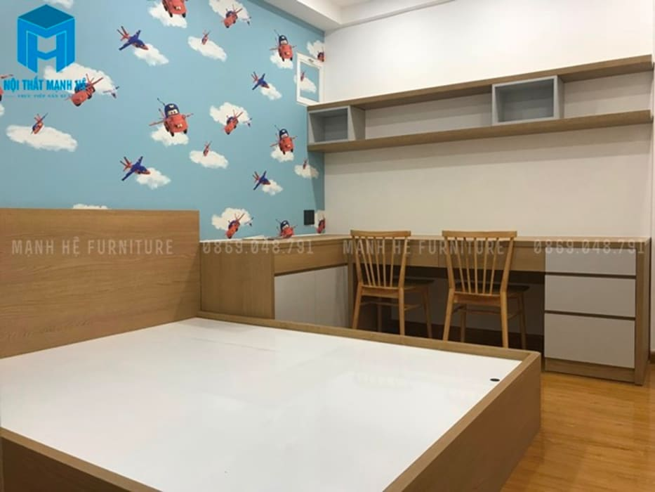 Trong phòng ngủ nhỏ này có thêm bộ bàn ghế cùng kệ treo nhiều ngăn (hình ảnh thực tế) Phòng ngủ phong cách hiện đại bởi Công ty TNHH Nội Thất Mạnh Hệ Hiện đại