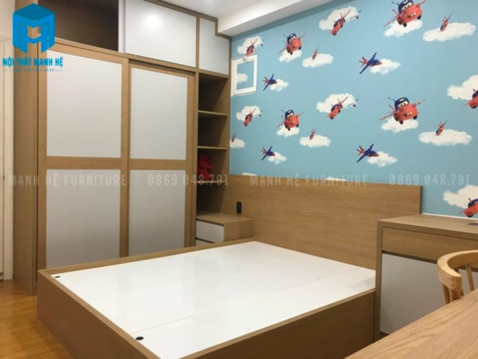 Phòng ngủ dành cho bé có thêm giấy dán tường với họa tiết dễ thương (hình thực tế):  Phòng ngủ by Công ty TNHH Nội Thất Mạnh Hệ