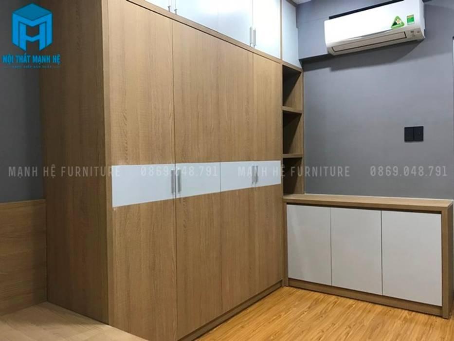 Tủ đồ 4 cánh bằng gỗ trong phòng ngủ master (hình ảnh thực tế) Phòng ngủ phong cách hiện đại bởi Công ty TNHH Nội Thất Mạnh Hệ Hiện đại