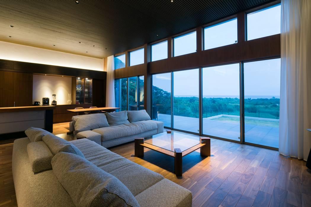 Salas de estar modernas por 株式会社横山浩介建築設計事務所 Moderno