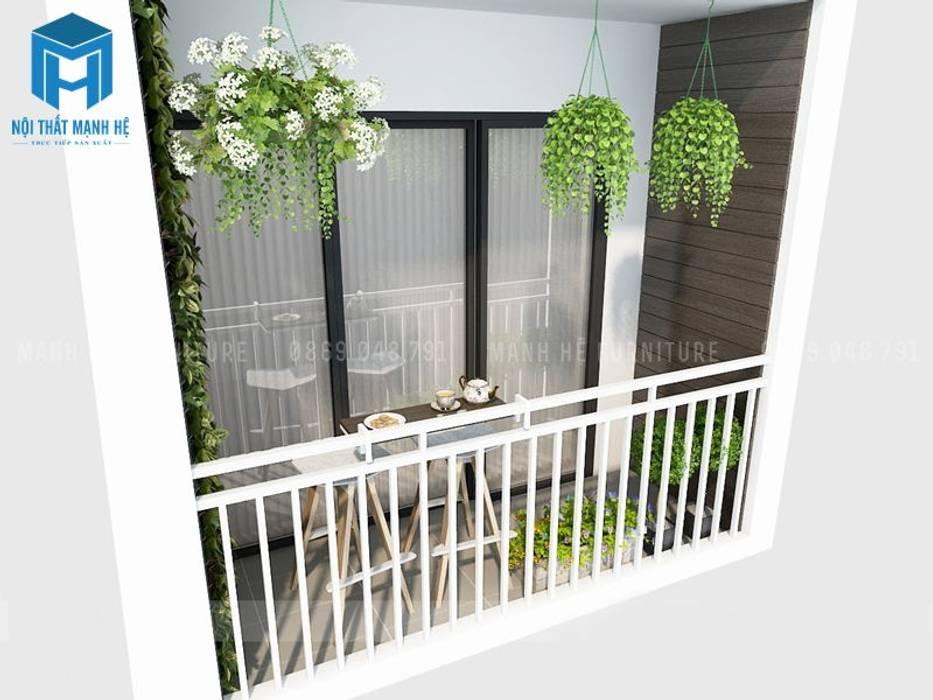 Ban công nhỏ của ngôi nhà ngập tràn sắc xanh của các chậu cây trang trí:  Hiên, sân thượng by Công ty TNHH Nội Thất Mạnh Hệ,