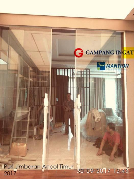 Finestre & Porte in stile  di Gampang Ingat,