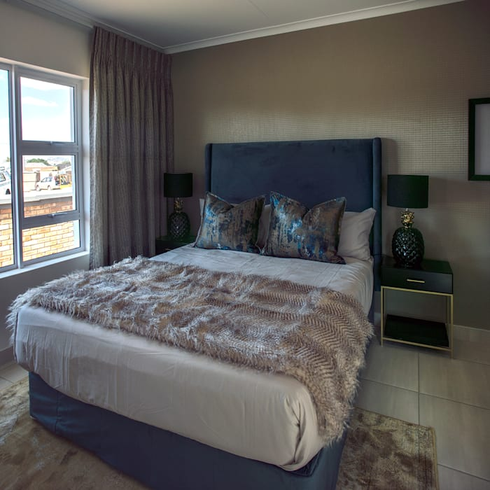 Main Bedroom:  Bedroom by Spegash Interiors,