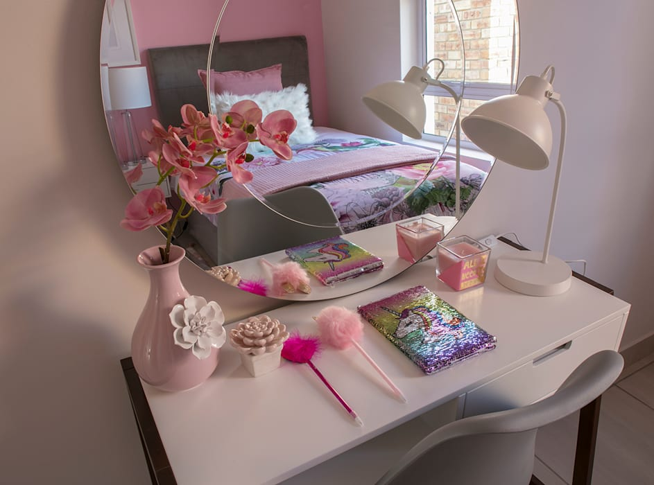 Girls Bedroom:  Bedroom by Spegash Interiors