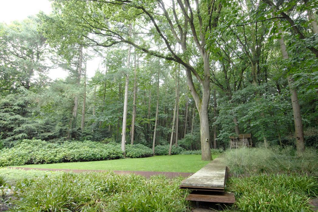 Forest garden - The long floating line.. Minimalist style garden by Andredw van Egmond   designing garden and landscape Minimalist