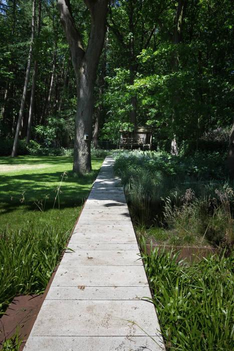 Forest garden - The long floating line.. Minimalist style garden by Andredw van Egmond | designing garden and landscape Minimalist