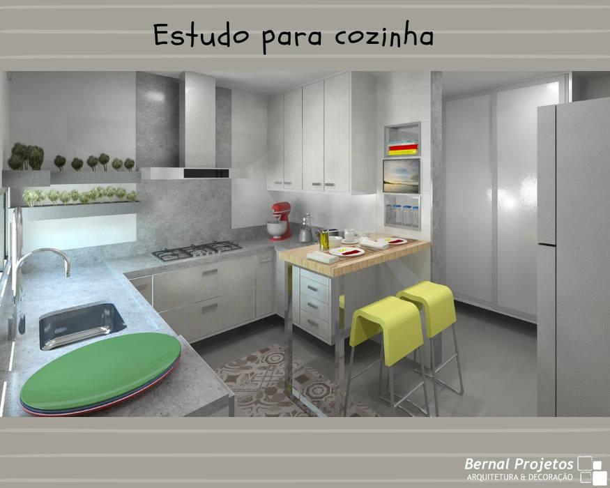 Estudo para cozinha.:   por Bernal Projetos - Arquitetos em Salvador