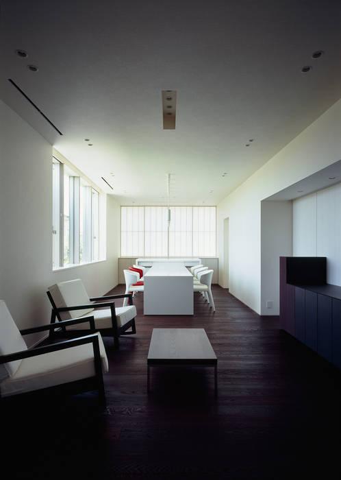 リビング: 松岡淳建築設計事務所が手掛けたリビングです。