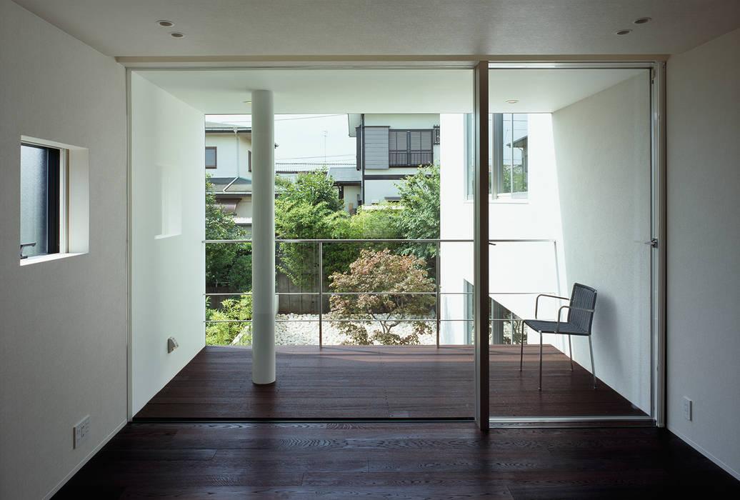 Moderne slaapkamers van 松岡淳建築設計事務所 Modern