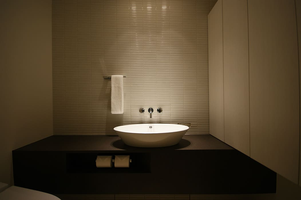 洗面所: 松岡淳建築設計事務所が手掛けた浴室です。,モダン