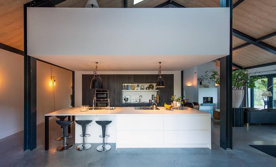 SCHUURWONING MET STAALCONSTRUCTIE, KOOKEILAND EN ENTRESOL:  Keukenblokken door ID-Architectuur, Modern