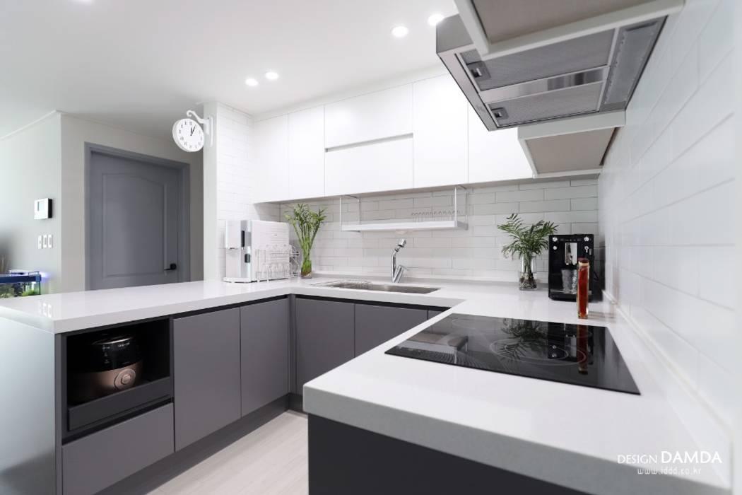 Cucina moderna di 디자인담다 Moderno