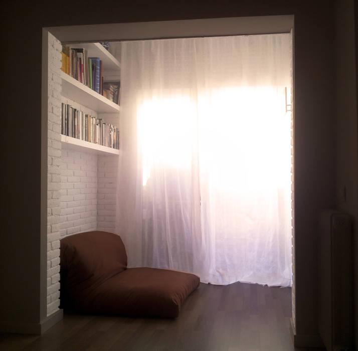 El futón puede ser sofá y cama. Pilar Pardal March Dormitorios pequeños Ladrillos Blanco