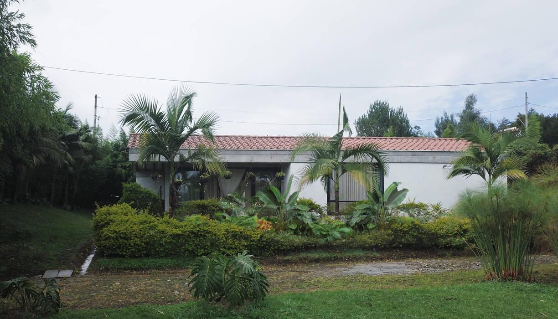Casa de patio. Andrés Hincapíe Arquitectos: Casas campestres de estilo  por Andrés Hincapíe Arquitectos  A H A