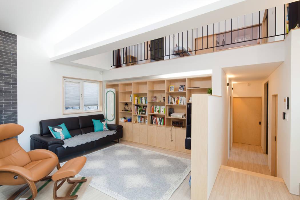 Wohnzimmer von 위드하임, Modern