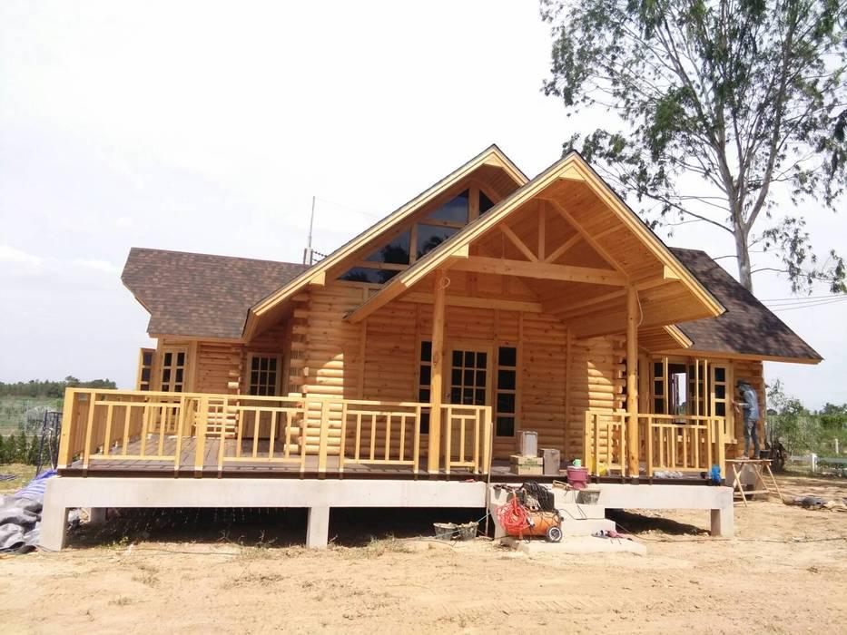 Log Home  ติดมอเตอร์เวย์:  บ้านไม้ โดย Sukjai Logcabin Partnership,