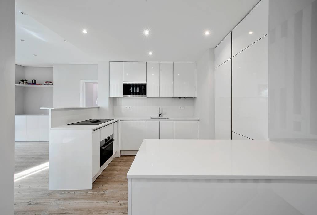 Cozinha: Armários de cozinha  por ARQ1to1 - Arquitectura, Interiores e Decoração