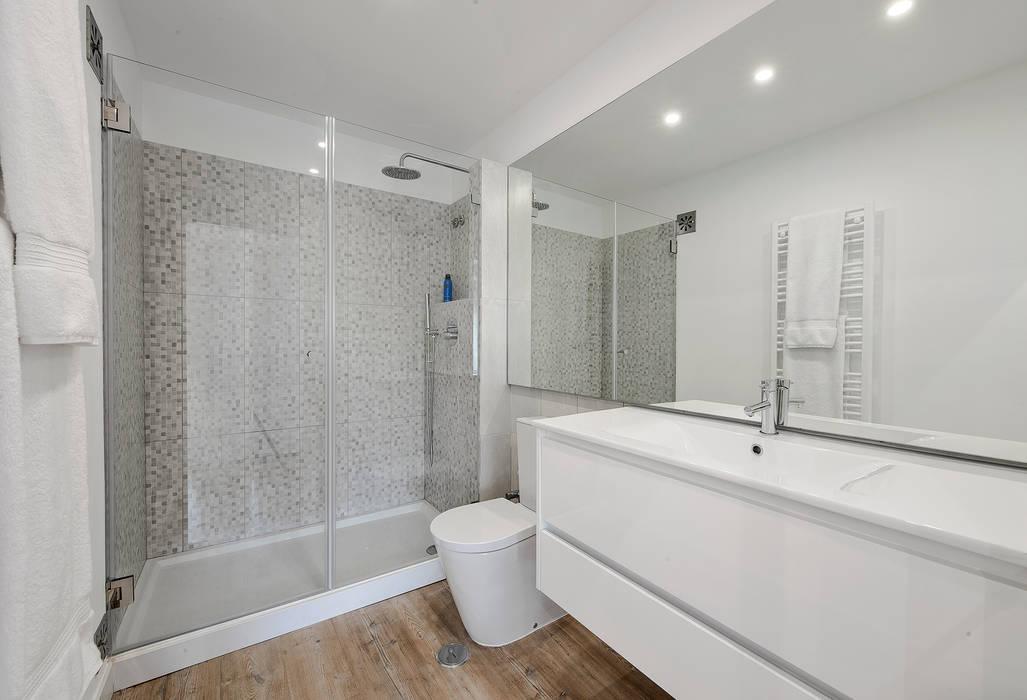 Casa de Banho: Casas de banho  por ARQ1to1 - Arquitectura, Interiores e Decoração