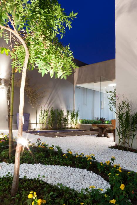 Jardines de estilo moderno de Caroline Bertol Arquitetura Moderno