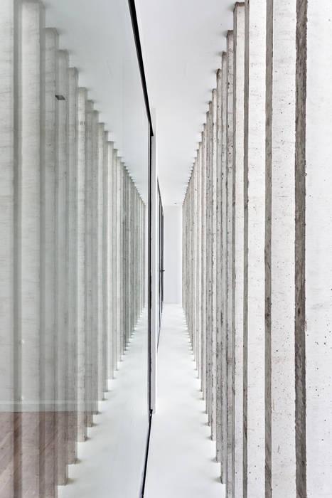 Diseño y Constucción de Casa Bazan en La Plata por SMF Arquitectos Paredes y pisos modernos de SMF Arquitectos / Juan Martín Flores, Enrique Speroni, Gabriel Martinez Moderno