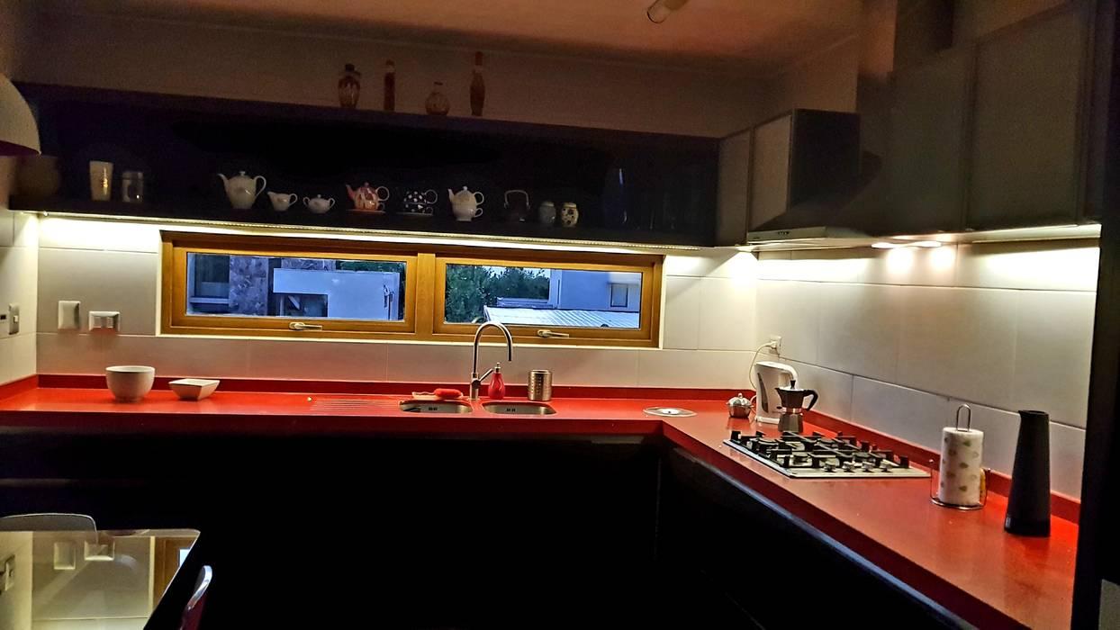 Cocina Roja Iluminación: Cocinas equipadas de estilo  por SIMPLEMENTE AMBIENTE mobiliarios hogar y oficinas santiago