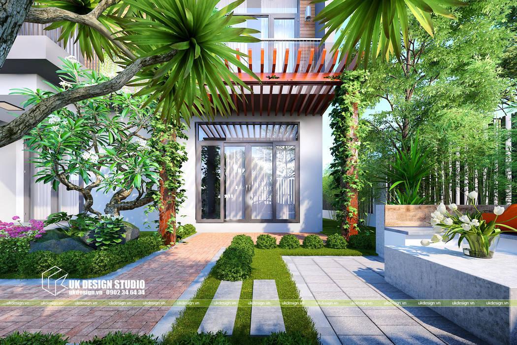 Thiết kế sân vườn:  Sân trước by UK DESIGN STUDIO - KIẾN TRÚC UK,