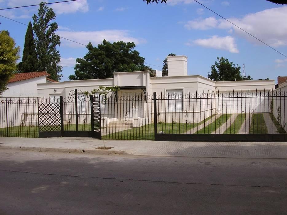 CASA EN BARRIO CERRO DE LAS ROSAS , CORDOBA , ARGENTINA de arq5912 Arquitectura y Construcción Clásico Concreto reforzado
