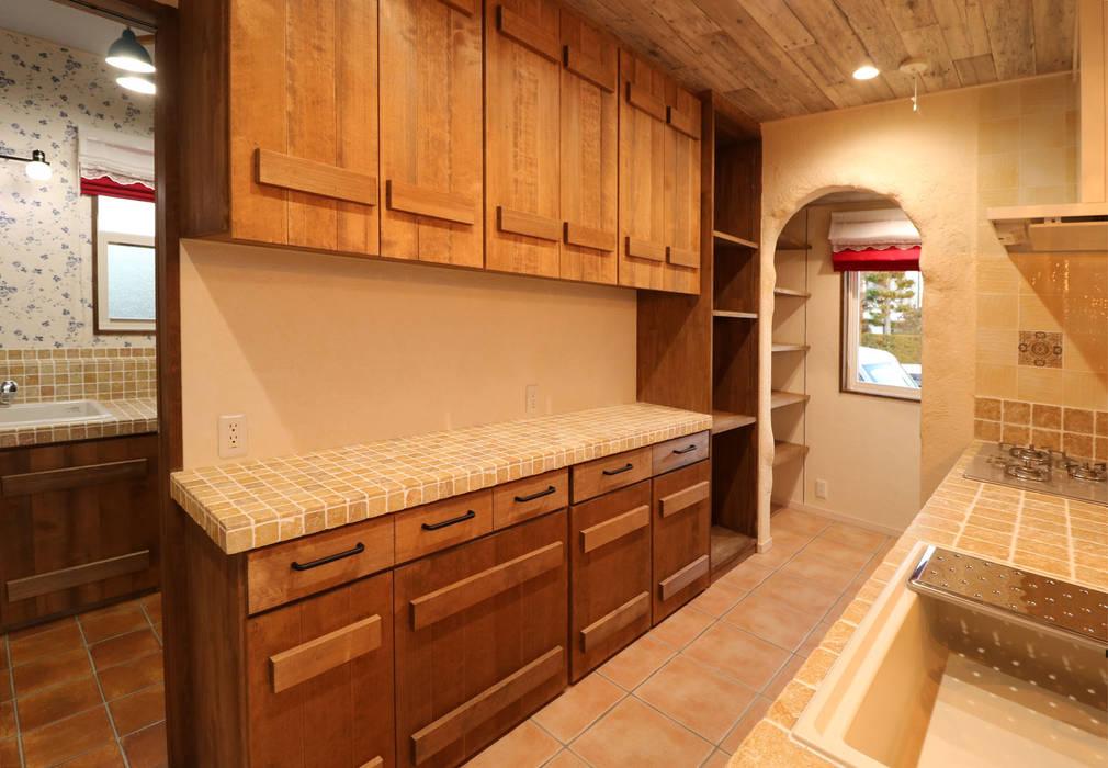 キッチン背面収納: 株式会社アートカフェが手掛けたキッチンです。