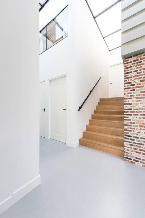 trap naar originele dijkhuis van Dineke Dijk Architecten Modern