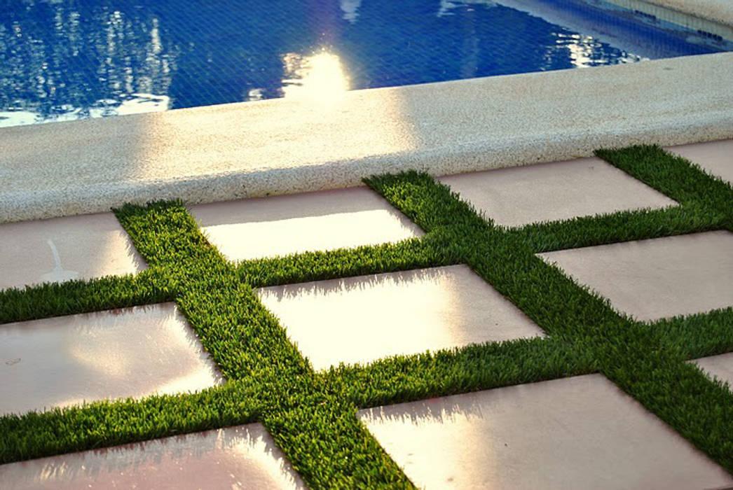 Césped artificial para mi jardín con piscina: Piscinas de jardín de estilo  de Albergrass césped tecnológico