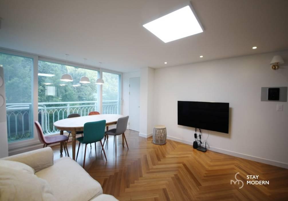 [24py] 부산 연지동 청구아파트 신혼집 인테리어 모던스타일 거실 by 스테이 모던 (Stay Modern) 모던