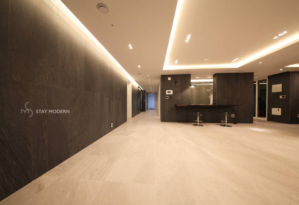 Salones de estilo moderno de 스테이 모던 (Stay Modern) Moderno