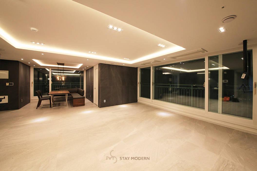 Salas de estilo moderno de 스테이 모던 (Stay Modern) Moderno