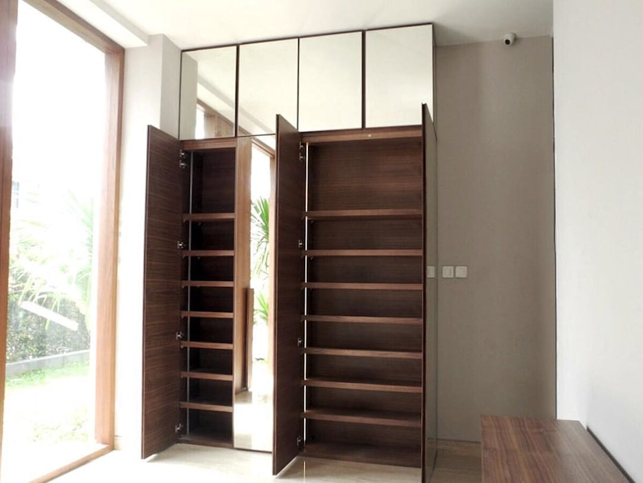 Lemari Pakaian: Corridor, hallway & stairs oleh ARF interior,