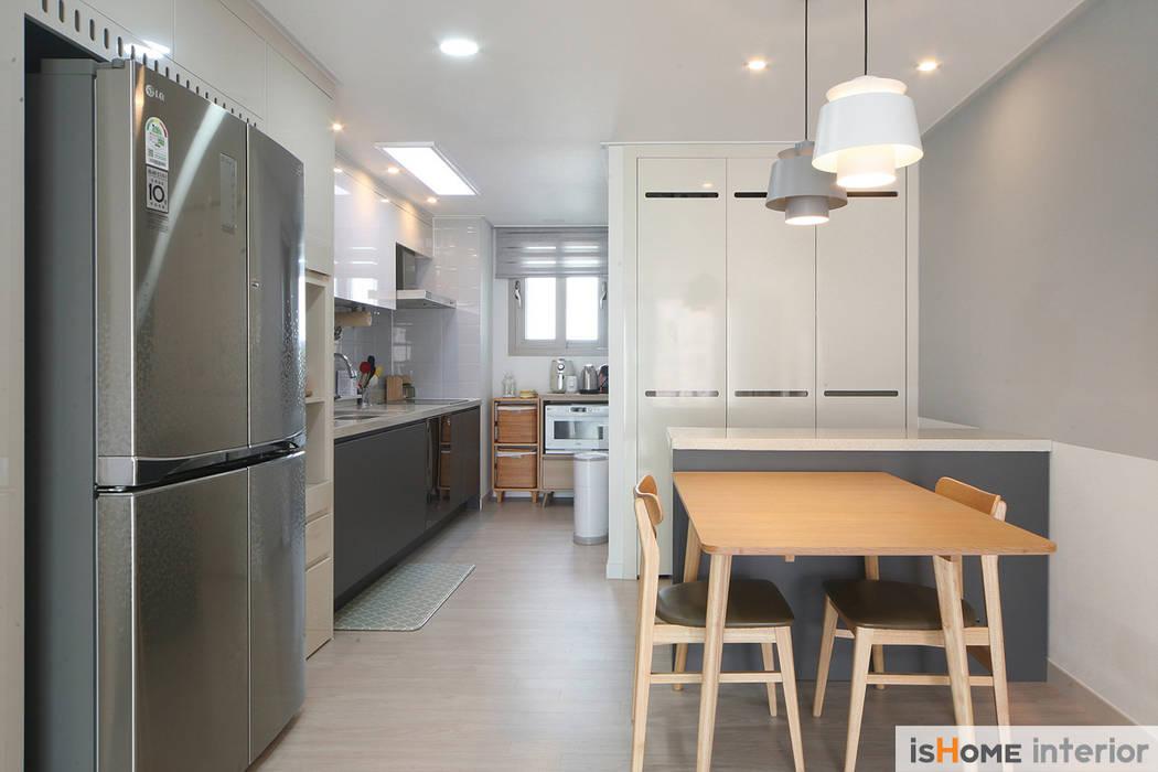 아늑함과 모던함이 동시에 느껴지는 34평 신혼집: 이즈홈의  주방,미니멀