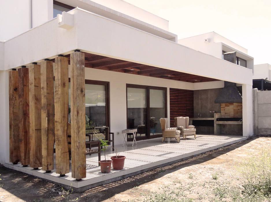 Quincho San Anselmo, 30m2, Chicureo: Techos planos de estilo  por m2 estudio arquitectos - Santiago