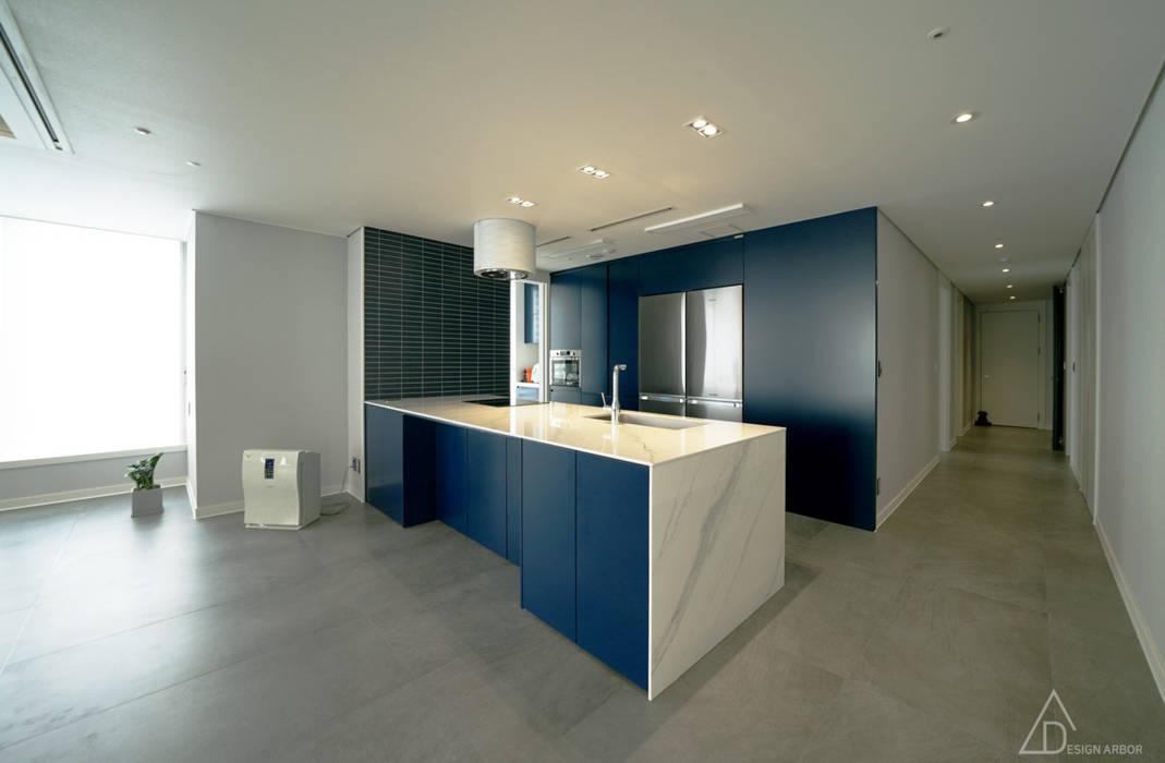 차분한 그레이 인테리어: 디자인 아버의  주방