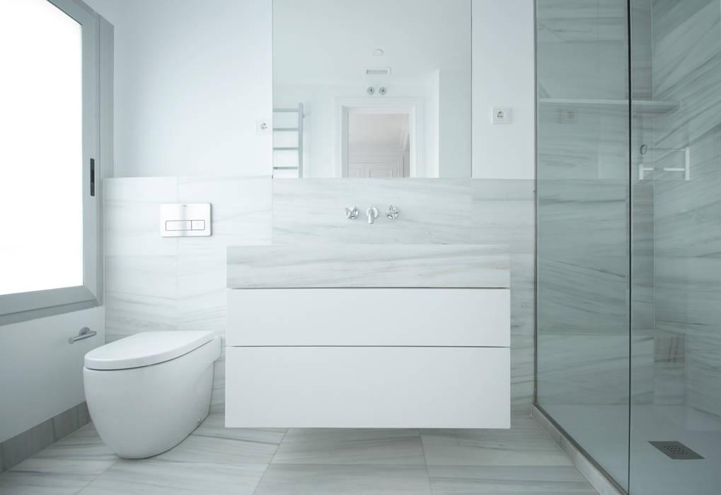 REFORMA JBR - baño principal: Baños de estilo  de fic arquitectos